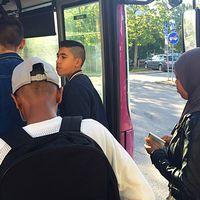 Ungdomar kliver på bussen i Vivalla