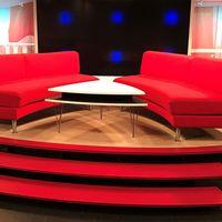 En bild på SVT Gomorrons soffa och en bild på SVT:s vd Hanna Stjärne.