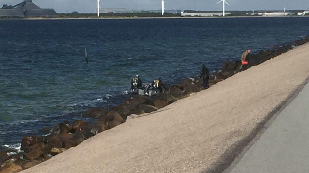 Polisens dykare på plats i vattnet.