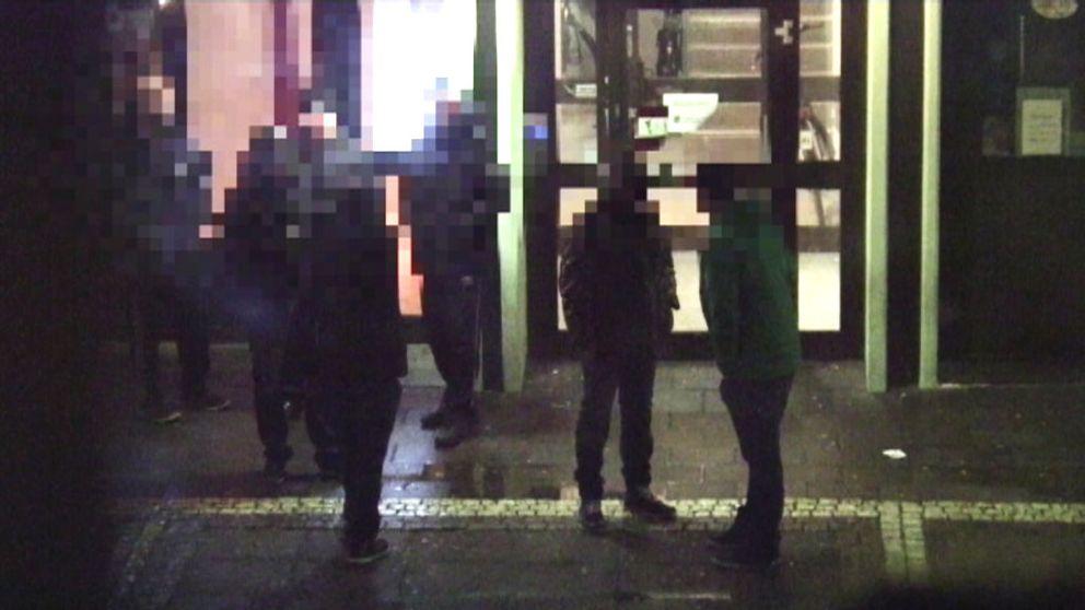 Misstänkta gängmedlemmar som smygfilmas av polis i Biskopsgården.