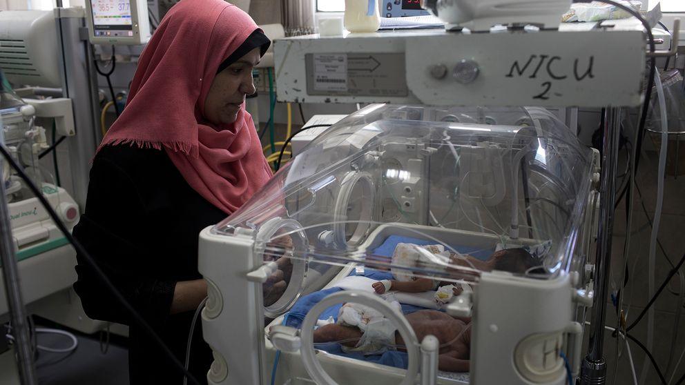 Över 70 barn delar på 34 kuvöser här på sjukhuset Al Sifha på Gaza.