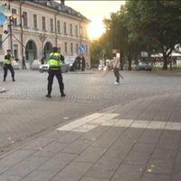Bild från när polisen griper en man som står med ett svärd.