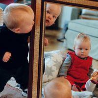 bebisar som kikar i en spegel.