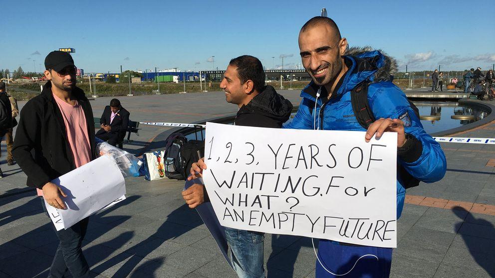 Tre demonstranter med plakat
