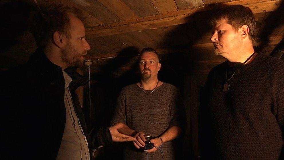 Marcus Zimmerman och Tom Gade Olausson visar SVT:s reporter vad de anser vara en hemsökt källare.