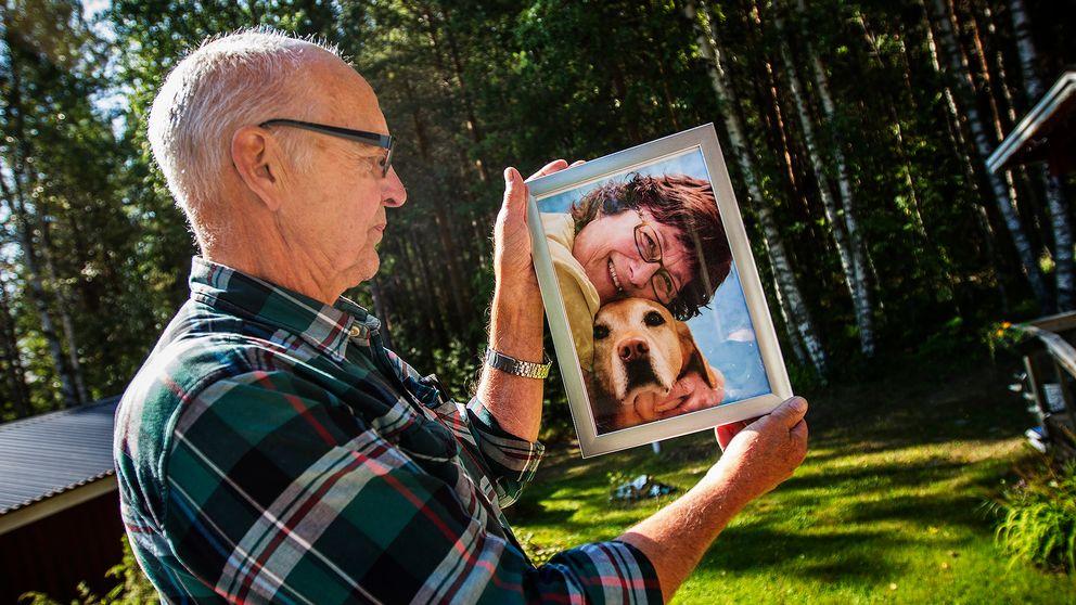 Sören håller upp ett fotografi på sin fru.