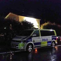 En polisbil står intill lokalen i Gäddvik, 1 mil utanför Luleå.