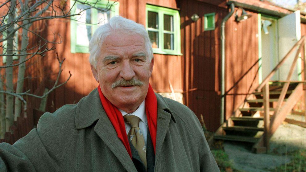 Hasse Alfredson framför sin skrivarstuga i Stockholm.
