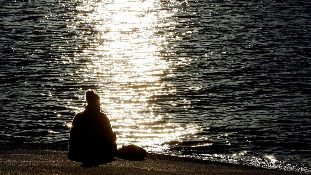 Oslo 20120313. En kvinne leser i en bok i ettermiddagssolen som skinner i vannet ved Opearen i Oslo tirsdag ettermiddag. Foto: Håkon Mosvold Larsen / Scanpix NORGE / SCANPIX / kod 20520
