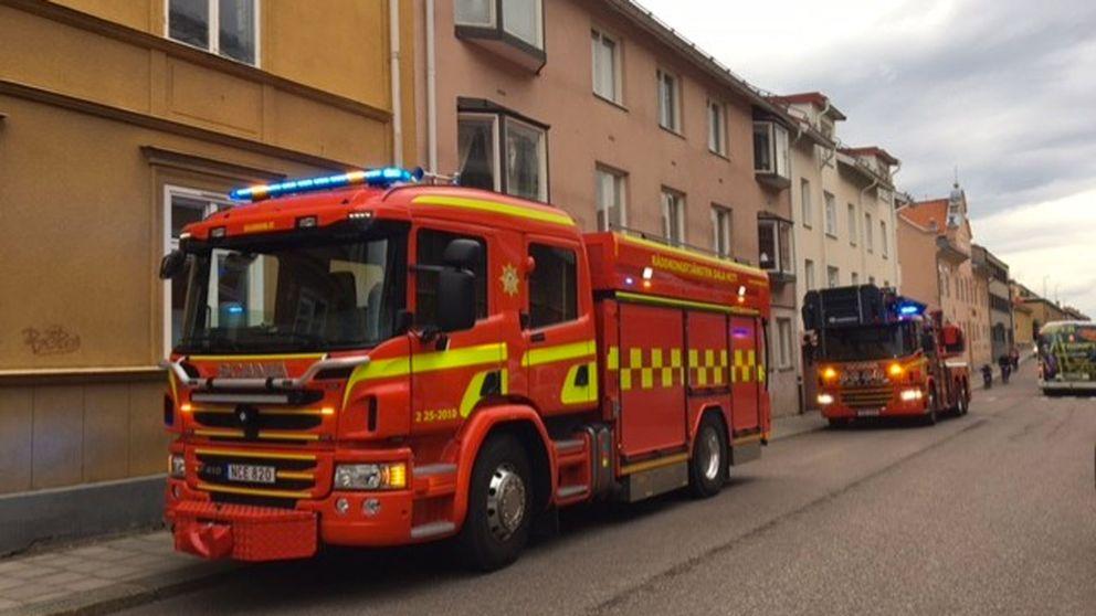 En brandbil utanför ett lägenhetshus.