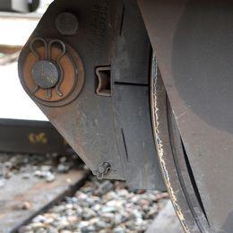 Kompositbroms på godståg.