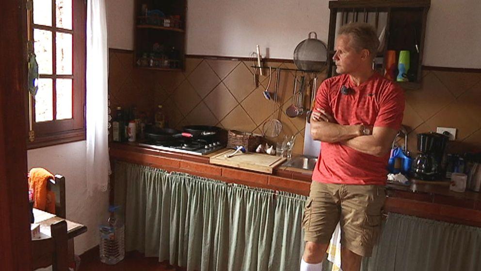 Man står med korslagda armar i ett kök.