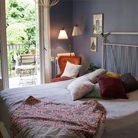 Till vänster ett fotografi av Visitas vd Eva Östling. Till höger ett sovrum med en öppen balkongdörr i bakgrunden.