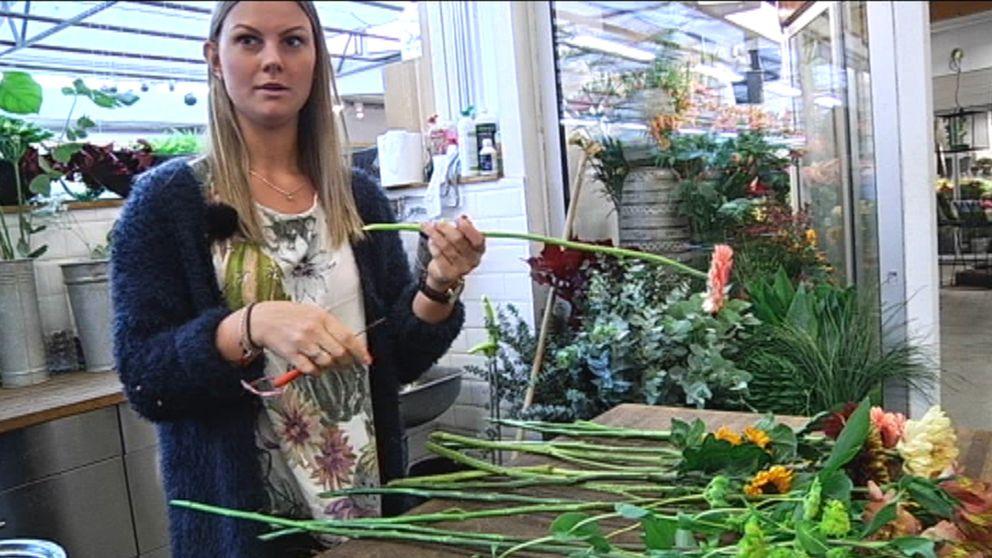 Floristen Olivia Jerneholt vet hur du tar hand om blombuketten på bästa sätt.