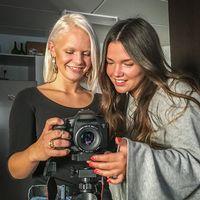 Magda Lindblom och Amanda Nilsson, Hudiksvall, tittar i kameran de ofta använder när de skapar sina korta skräckfilmer.