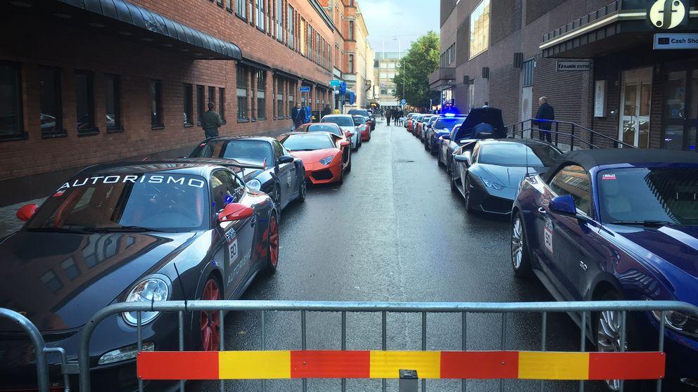 Sportbilar parkerade på gata