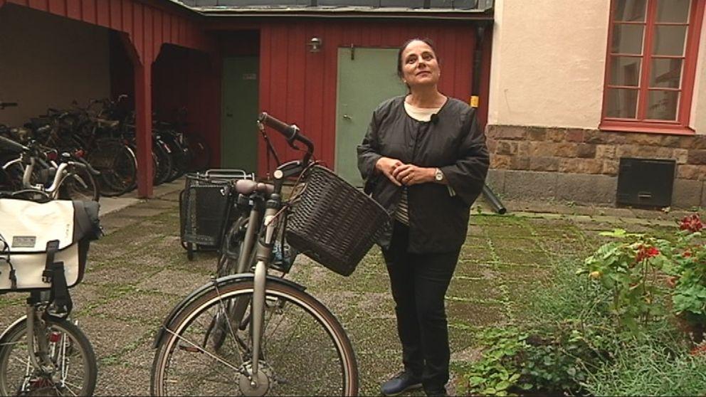 Stella Fare bredvid sin elcykel