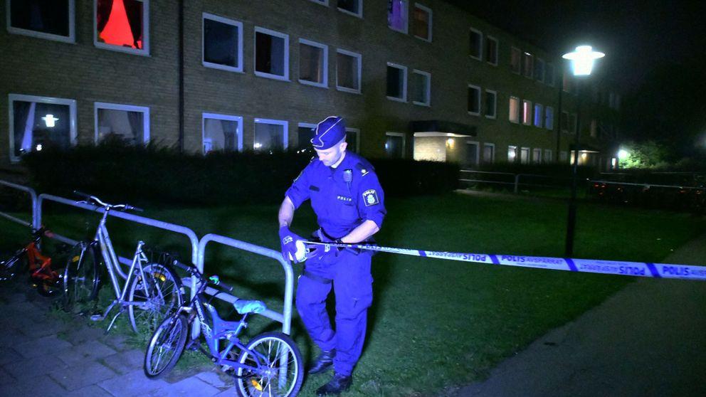 Polis spärrar av på Ramels väg i Malmö, efter en skjutning.