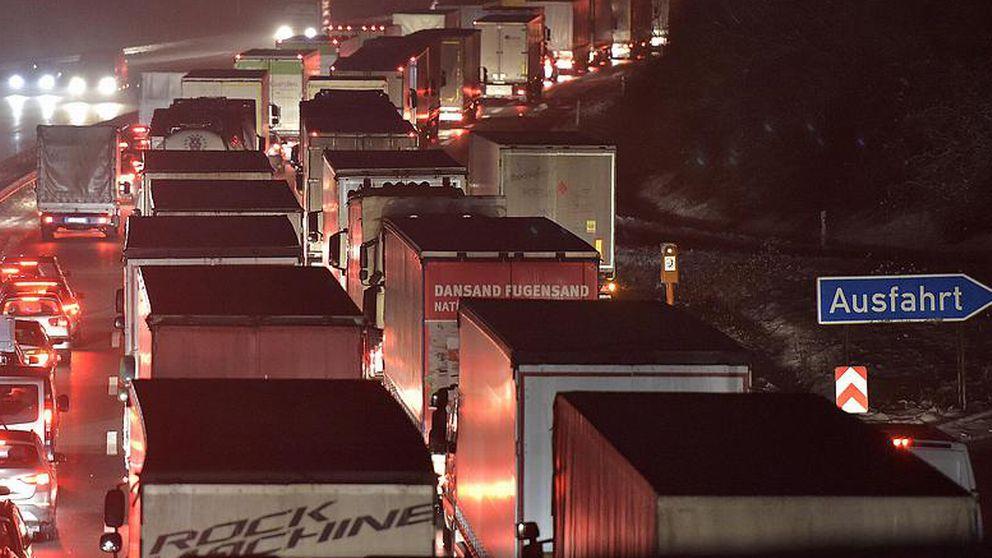 Arkivbild från Autobahn. Flera lastbilar står i kö.