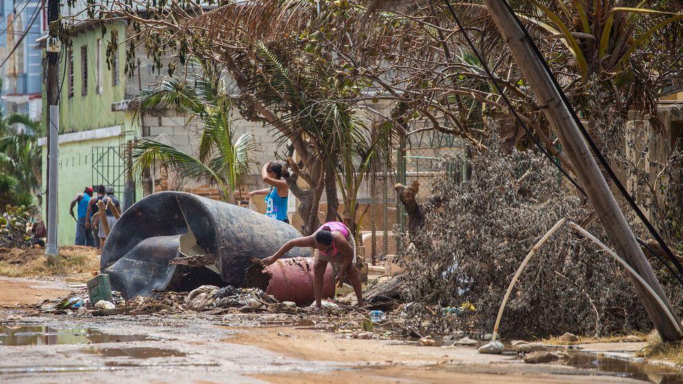 En kvinna rensar upp i Kubas huvudstad Havanna efter Irma. Arkivbild.