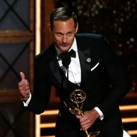Alexander Skarsgård mottar sitt pris för bästa manliga biroll i en miniserie eller tv-film på Emmy-galan.