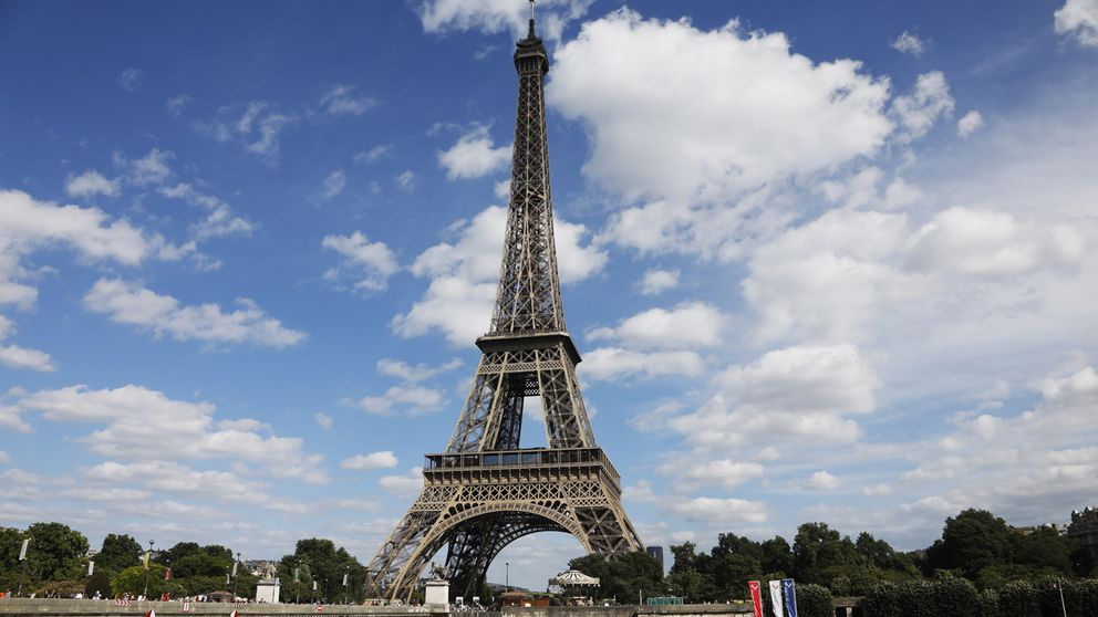 Gården kring Eiffeltornet ska omgärdas av en två och en halv meter skottsäker glasmur. Arkivbild.