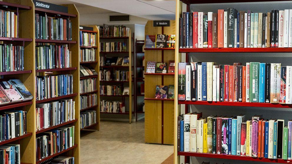 Bokhyllor fulla med böcker på ett bibliotek.