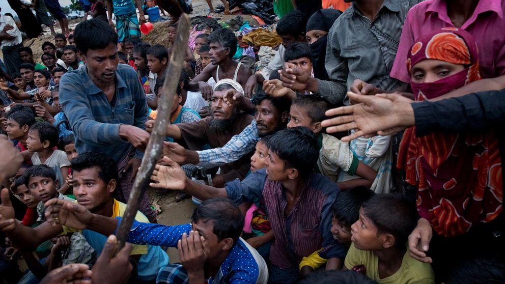 Sitt ner! Skriker männen med träkäppar samtidigt som de delar ut matkuponger till den desperata folkmassan.