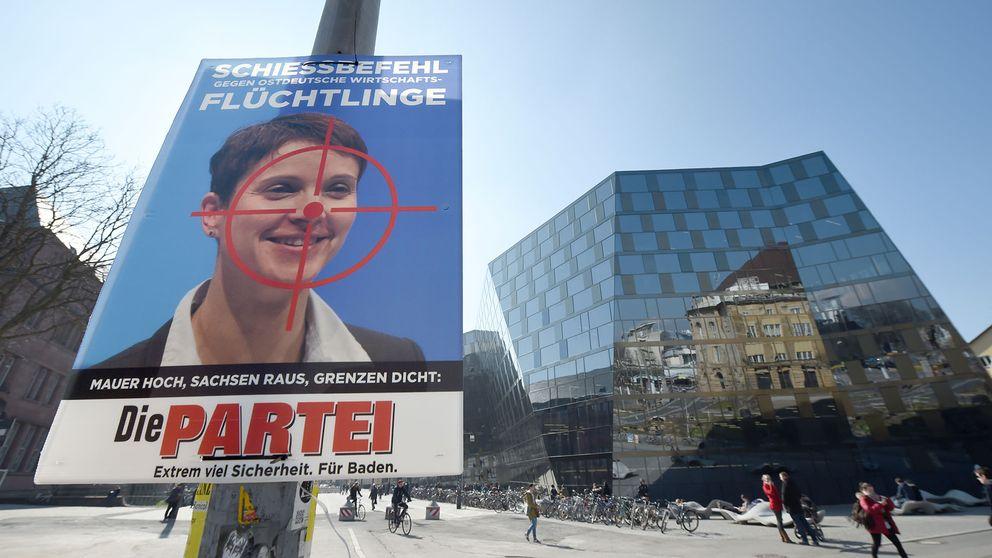 """På en av Die Parteis valaffischer i år är främlingsfientliga AFD:s partiledare Frauke Petry avbildad med orden """"Order om att skjuta mot östtyska ekonomiska flyktingar""""."""