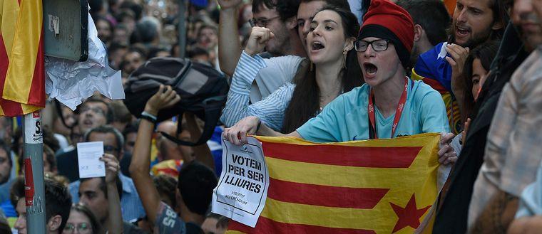 Demonstranter för Kataloniens självständighet på en gata i Barcelona.