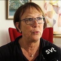 Ann-Katrin Järåsen sitter med blicken riktad bredvid kameran. Hon är klädd i glasögon. Framför henne syns en svart SVT-mikrofon