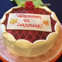 Tårta där det står Välkommen till Jokkmokk