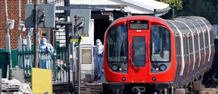 Polisen genomsöker den tunnelbanevagn som utsattes för ett bombattentat den 15 september.