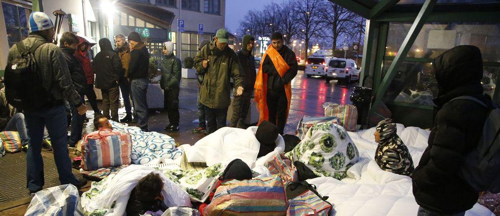 En grupp flyktingar har tillbringat natten på gatan utanför Migrationsverkets kontor i Malmö