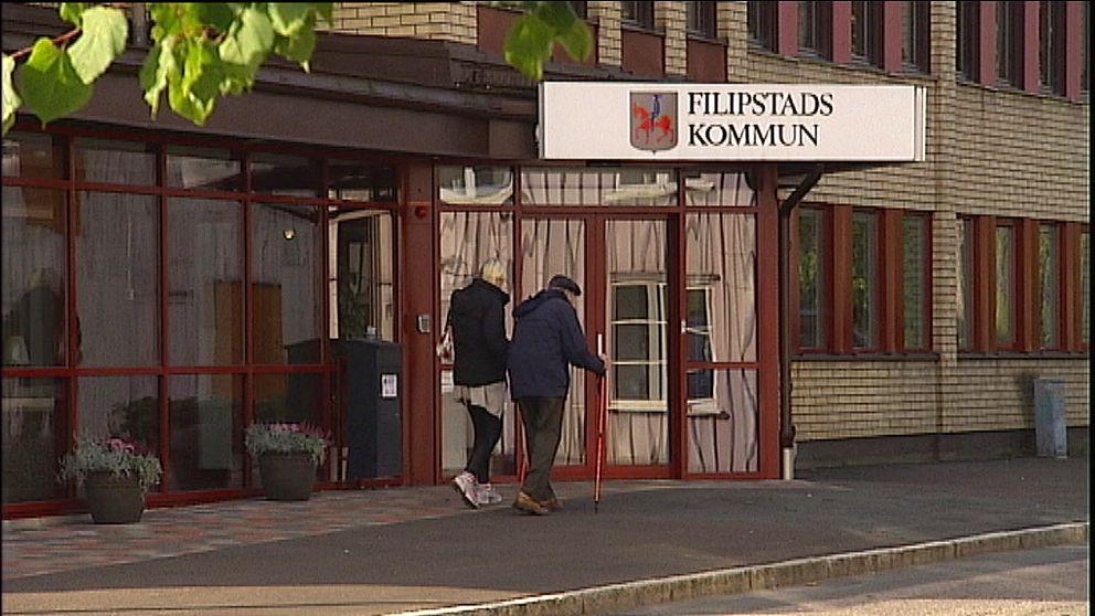 Två personer går förbi utanför Filipstads kommunhus.