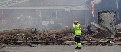 Räddningsledaren går förbi branden vid moskén i Vivalla i Örebro.
