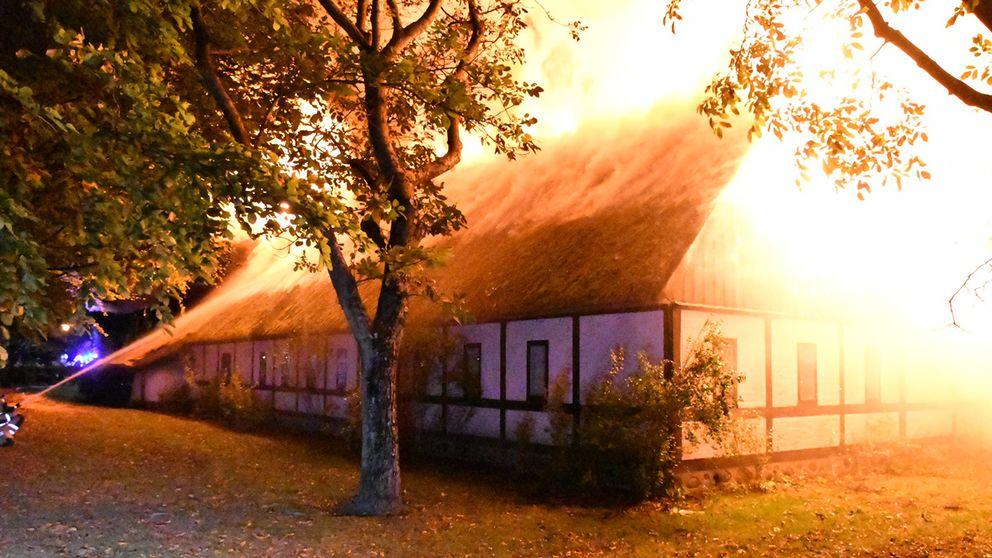 En kraftig brand rasar i en fastighet i centrala Vellinge.
