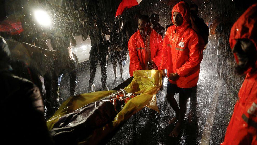 Människor räddas från flyktingbåten.