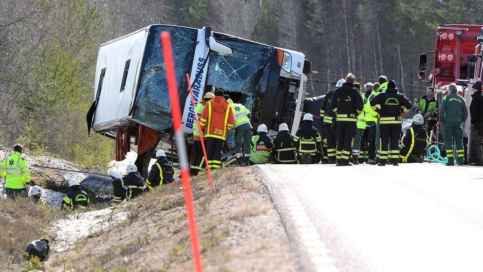 vält buss på vägkant, en mängd räddningspersonal