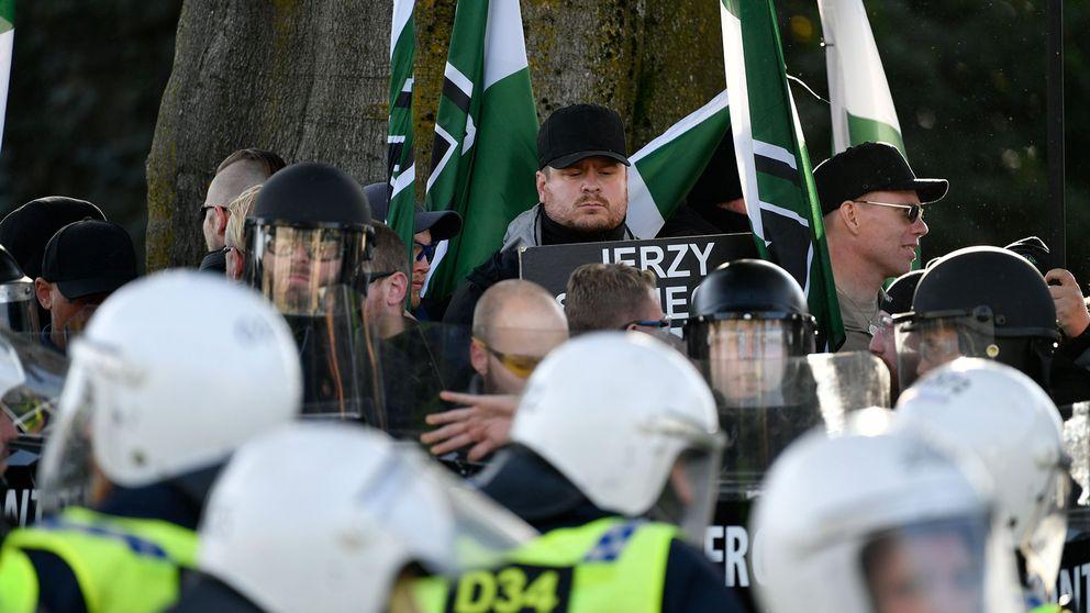 Demonstranter från Nordiska motståndsrörelsens (NMR).