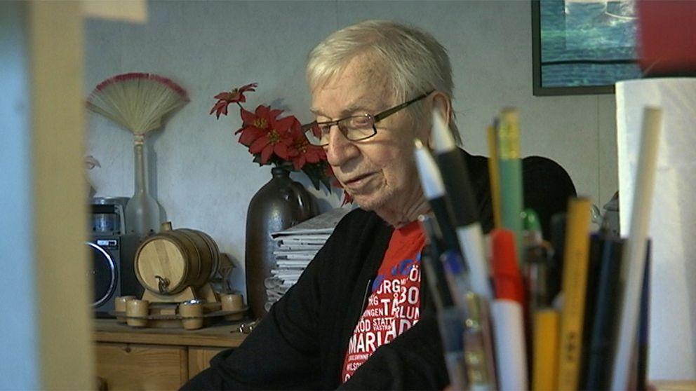 Trots svåra smärtor har 88-årige Åke Lundin från Påarp fått vänta på hjälp att byta kateter flera gånger.