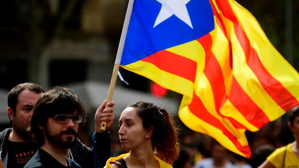 Tre studenter med den katalanska flaggan.