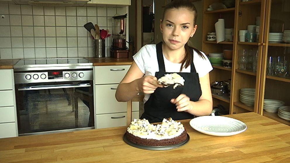 Amy Allegrini Hobson serverar kladdkaka