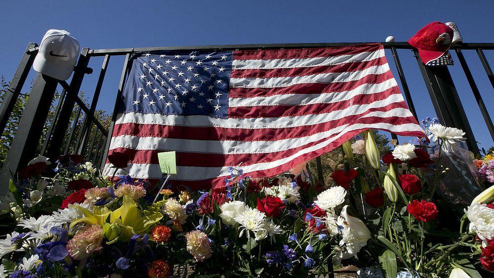 Minnesplats för offren i Las Vegas-skjutningen. Blommor och USA:s flagga.