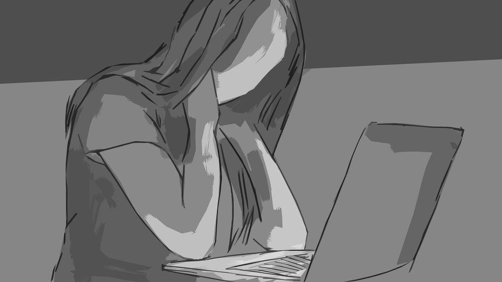 Animerad bild på en kvinna som står framför sin laptop. Bilden är svart och vit. Inga anletsdrag syns, för det mesta är det pennstreck på animationen. Kvinnan ses förbryllad ut, hon har händerna bakom nacken.