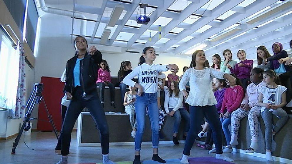 Tjejer som dansar udner tjejdagen på fritidsgården Hageby Hus.