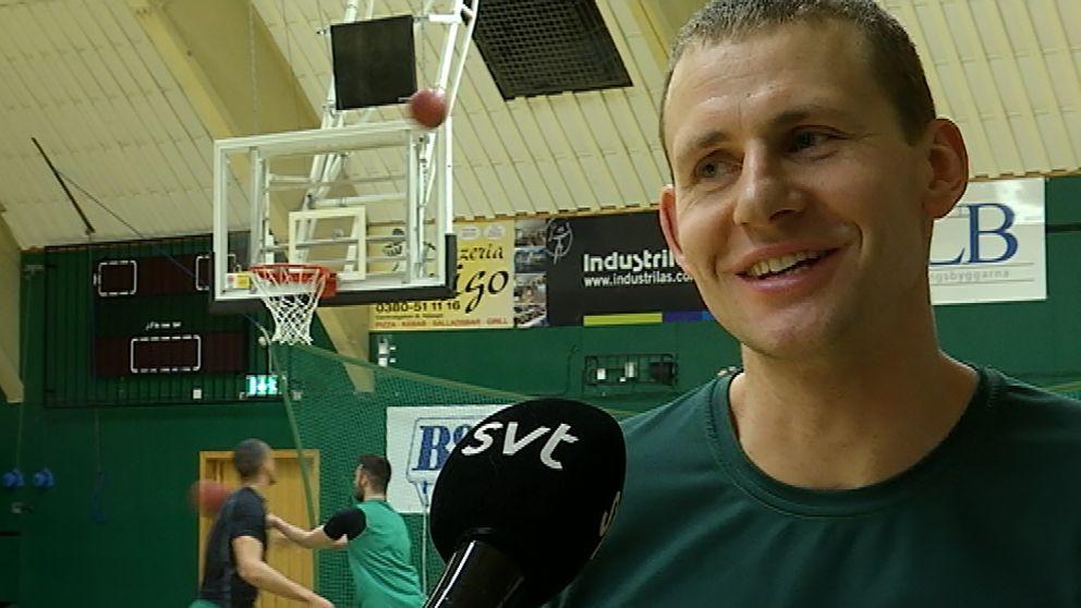 Mantas Griskenas framför basketkorg