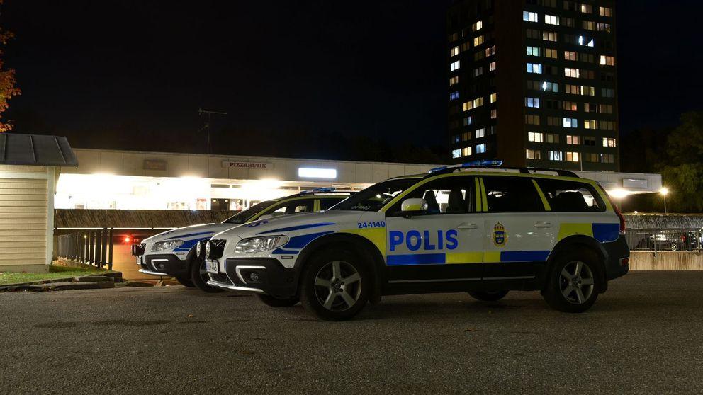 Polisbilar på platsen för skottlossningen