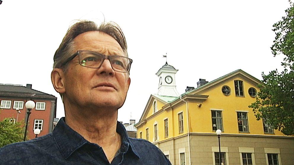 Att ta hand om den gamla klockan är ett uppdrag som urmakaren Björn Antonsson ärvt av sin far