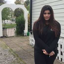 Hanna Elia utanför sitt hus
